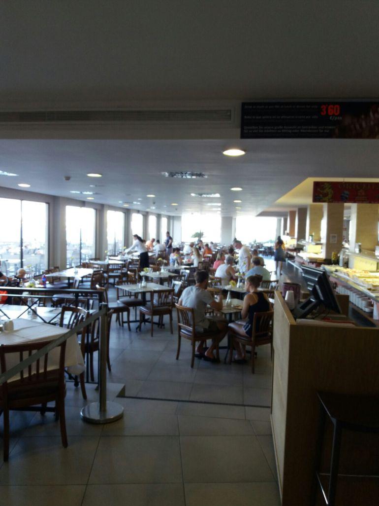 Turistas en el comedor de un establecimiento hotelero