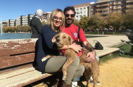 Oliver, con la pareja que lo recogió en Porcuna.