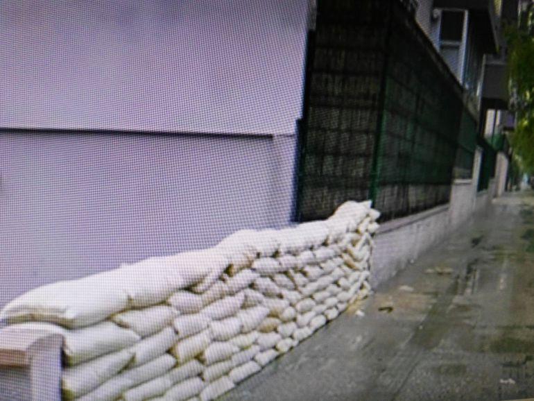 Imagen de las medidas de prevención que tienen que tomar los vecinos de la urbanización El Estribo para evitar inundaciones en sus garajes