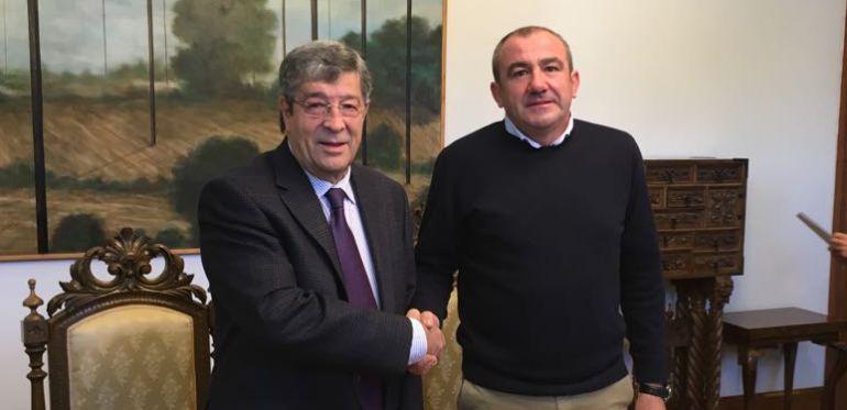 José María Seijas (i.) y Darío Campos (d.) sellando el acuerdo entre Federación Galega de Comercio y Diputación de Lugo para dotar de recursos a la Oficina Técnica del sector