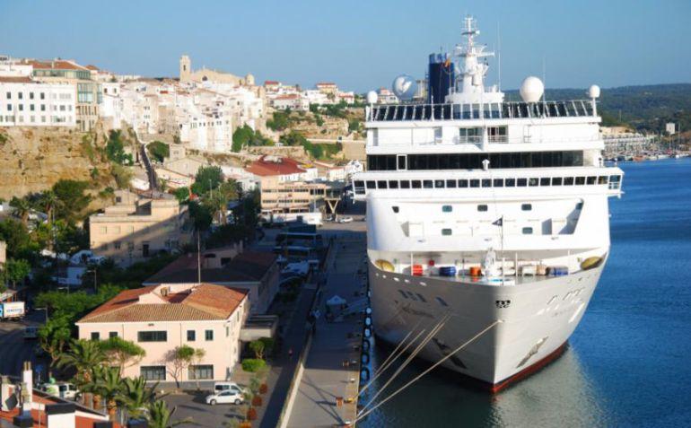 Los cruceristas disfrutan de su estancia en Menorca.