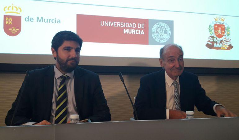 El presidente de la Región de Murcia, Fernando López Miras, a la izquierda. Miquel Roca, padre de la Constitución, a la derecha.