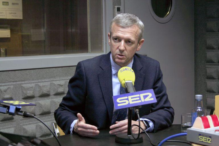 El vicepresidente de la Xunta en los estudios de Radio Vigo
