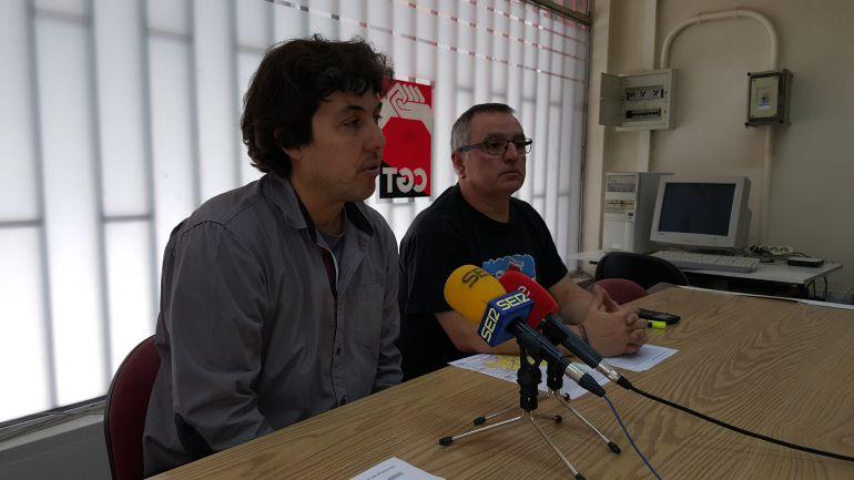 Felix Iglesias (i) y Jesús Vázquez (d), miembros de la Plataforma en Defensa del Ferrocarril