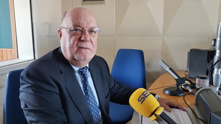 Juan José Sota durante la entrevista en un estudio de Radio Santander