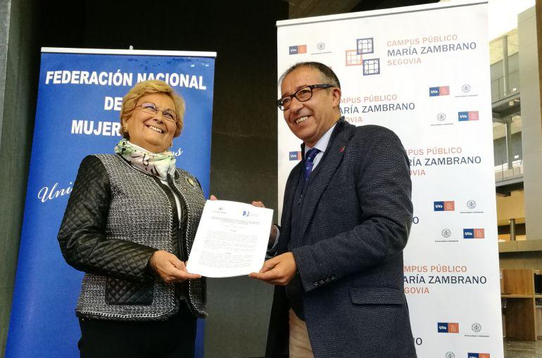 La presidenta de FEMUR Juana Borrego junto al vicerrector de la UVA Juan José Garcillán