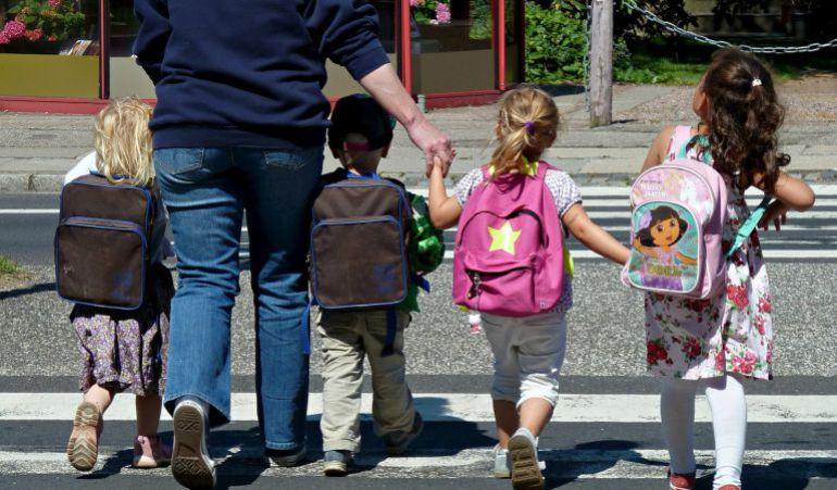 Niños saliendo o yendo al colegio