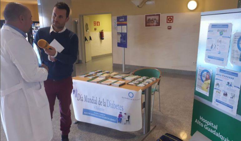 El Hospital 'Alto Guadalquivir' ha instalado una mesa informativa con motivo del Día Mundial de la Diabetes