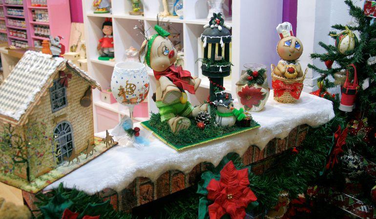 Uno de los principales atractivos del comercio urbano durante la Navidad son sus vistosos y atractivos escaparates, como este de Fofuchas Academy