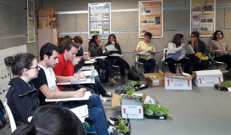 El primer encuentro del profesorado de la Red de Huertos Escolares ha servido para compartir experiencias y marcar una hoja de ruta para elaborar dos publicaciones