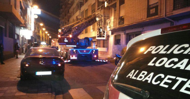 La caída de cascotes tuvo lugar en la calle Espoz y Mina, que quedó cortada al tráfico unas horas
