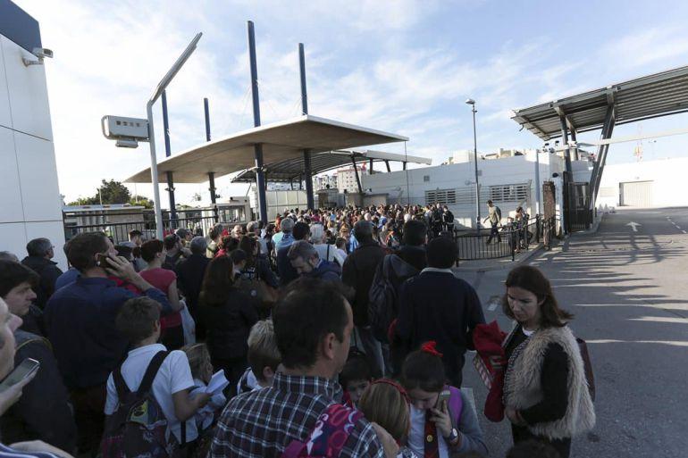 Ciudadanos tratan de cruzar la verja entre Gibraltar y La Línea