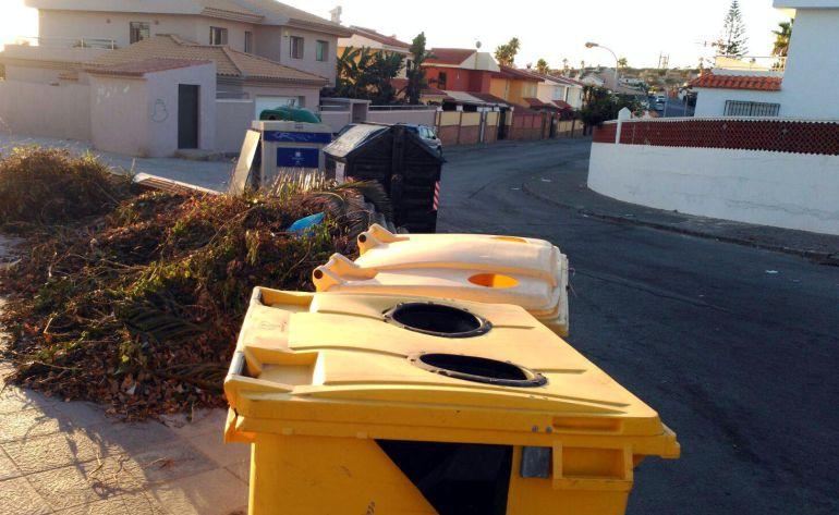 Basura en calle Rosa de los Vientos de Algeciras