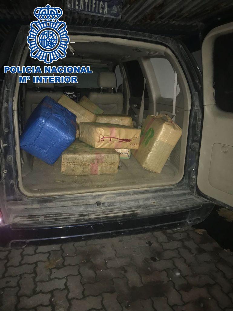 Imagen de uno de los vehículos intervenidos con la droga escondida en su interior.