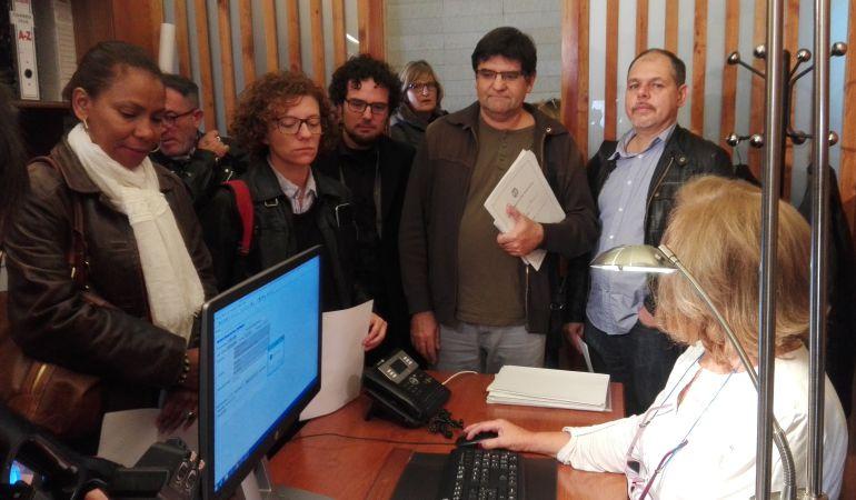 Los ediles Julia Angulo, Marisol Moreno, Daniel Simón, Miguel Ángel Pavón y Víctor Domínguez, en el momento de presentar su renuncia en el Registro del Ayuntamiento.