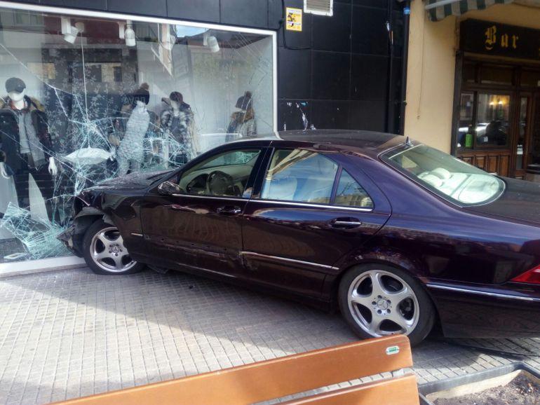 Uno de los vehículoos implicados se empotró en el escaparate de un comercio