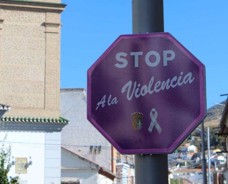 Una de las señales contra la violencia de género instaladas en las calles de Pinos Puente (Granada)