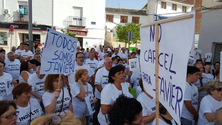 Vecinos de Huesa durante una manifestación pidiendo que su exalcalde no entrara en prisión.