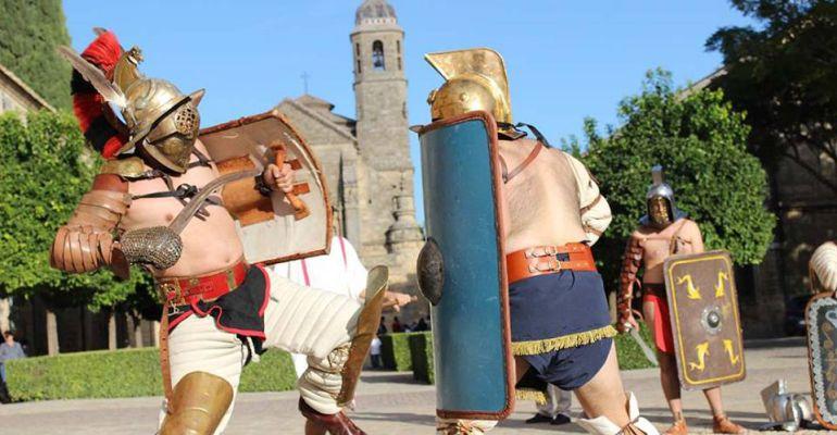 Dos recreadores pelean en la monumental Plaza Vázquez de Molina de Úbeda en una anterior edición del Certamen de Novela Histórica.