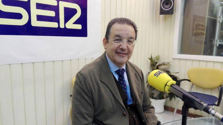 El secretario general del Colegio Médico de Cádiz, Gaspar Garrote, en los estudios de Radio Jerez