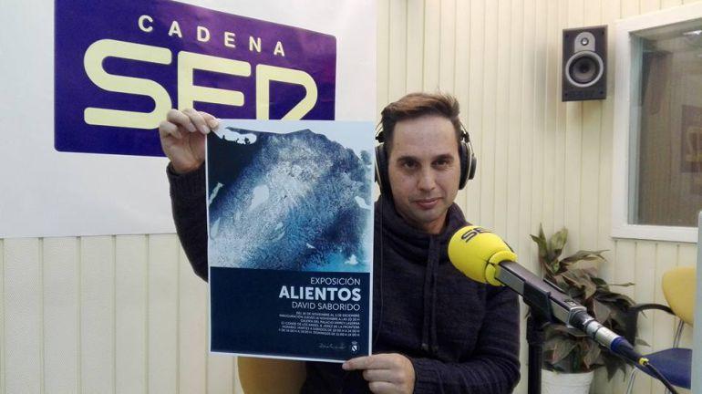 El artista David Saborido, en Radio Jerez con el cartel de su exposición