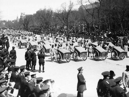 Barrenderos desfilando el 12 de abril de 1932 para festejar el primer aniversario de las elecciones municipales que llevaron a la Segunda República. El alcalde de Madrid era Pedro Rico.