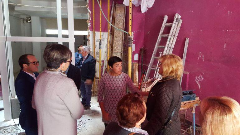 La delegada de vivienda de la Junta, Mariela Fernández Bermejo, visita las obras de rehabilitación de varios edificios de Almuñécar junto a técnicos y vecinos