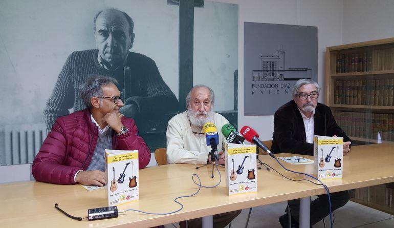 Cándido Abril (i) director de la Universidad Popular de Palencia, Luis Alonso (c) presidente de la Asociación de Amigos de la Fundación Díaz Caneja y Enrique Delgado (d) secretario de la Asociación