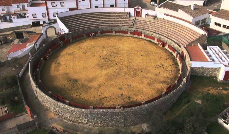 Imagen aérea de la vetusta plaza de toros de El Castillo de Las Guardas