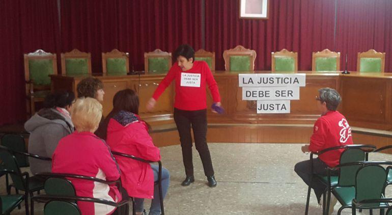 La mujer del ex alcalde de Huesa en pie habla con los vecinos que comienzan a apoyarla en su encierro en el salón de plenos