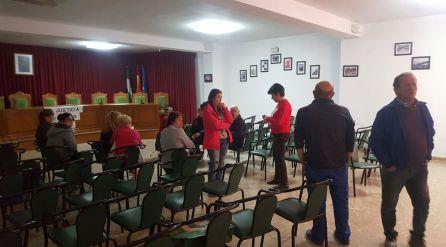 Los vecinos empiezan a llegar al salón de plenos para apoyar en su encierro a la mujer del exalcalde de Huesa