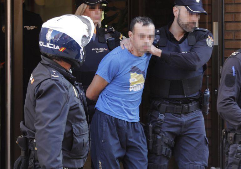 El hombre de 28 años y nacionalidad rumana detenido  por la Policía Nacional en Alzira (Valencia) tras supuestamente degollar a su hija de dos años e intentar suicidarse