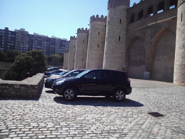Pegas de las Cortes a sacar los coches del Palacio