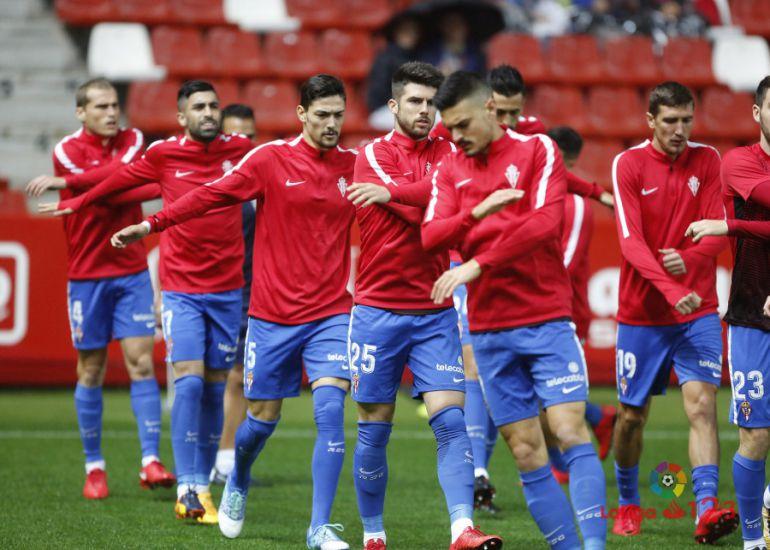 Sergio Álvarez, primero de la fila de la izquierda, durante el calentamiento previo al Sporting-Valladolid.