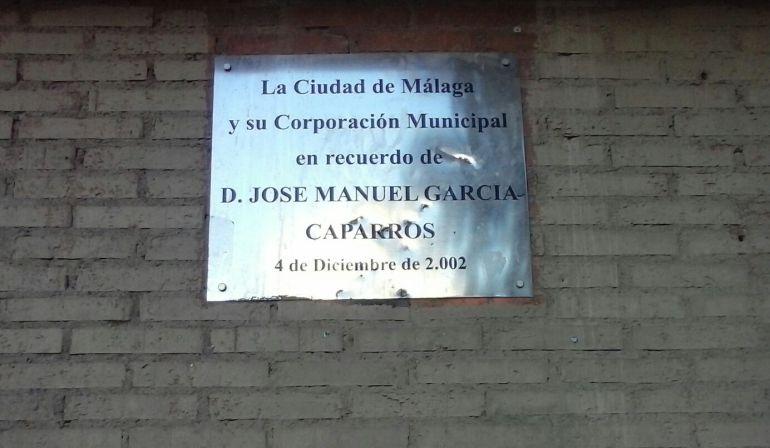 La placa en memoria de García Caparros colocada en la esquina en cuestión
