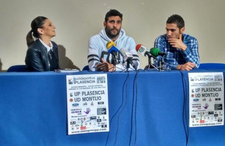 El capitan de la UPP, Luismi (C), junto a la concejala de igualdad, María Teresa Díaz (I) y el presidente de la UPP, Ruben Hernández (D).