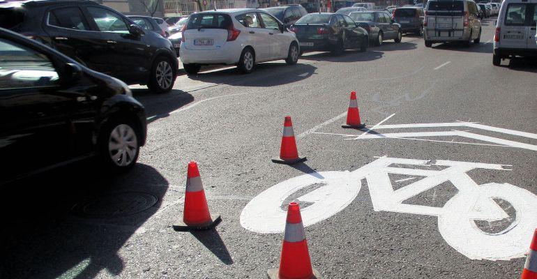 Señal de ciclocarril pintada en las calles de Sanse