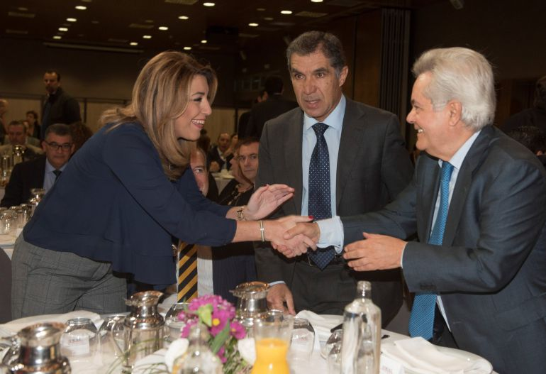 La presidenta andaluza Susana Díaz saluda al Presidente del TSJA Lorenzo del Rio (c) y al presidente de la Fundación CajaGranada, Antonio Jara (d), antes de su participación en un desayuno de trabajo organizado por el diario Ideal