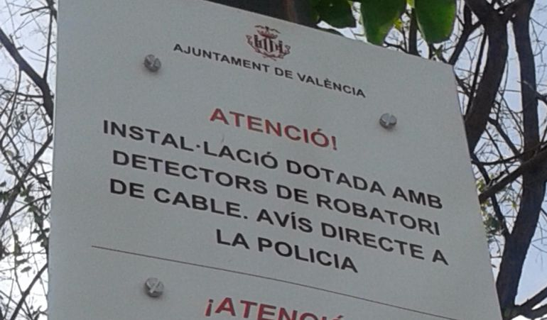 Cartel que advierte de la presencia de detectores de robo de cobre