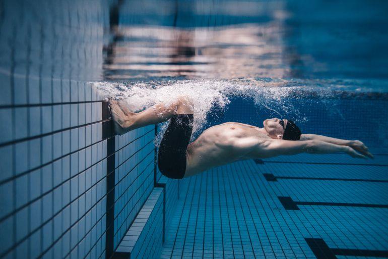 Deportista en una sesión de entrenamiento de natación