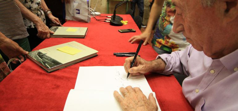 Peridis firmando uno de sus libros
