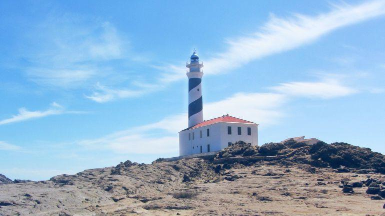 Esta zona de Menorca llama mucho su atención por un paraje que combina un precioso faro, playas nudistas y un entorno de piedra caliza peculiar.