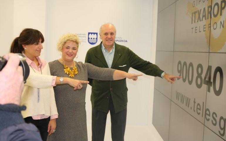 Los responsables del Teléfono de la Esperanza en Gipuzkoa junto a la diputada de Políticas Sociales, Maite Peña.