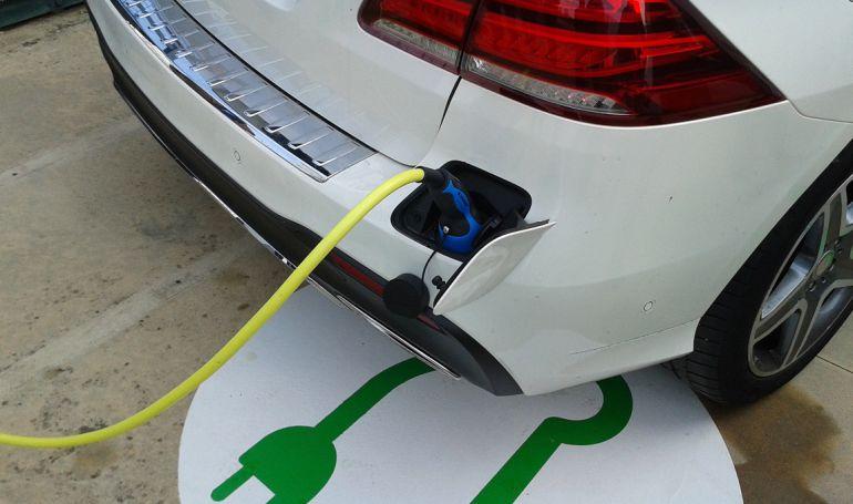 Un cotxe elèctric carregant.