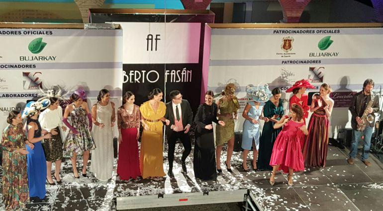 Fasan junto a las modelos en el desfile de su colección 2017 que presentó en Cazorla