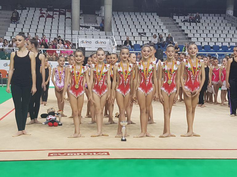 El equipo alevín del Chamara posa con las medallas de oro