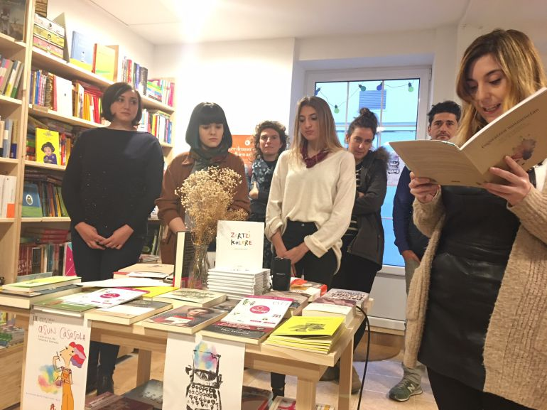 """La presentación del """"Concurso de relatos Asun Casasola"""" en la librería Brontë de Irun"""