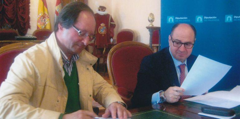El Alcalde de Lomas de Campos (Palencia) en primer término en la firma de un convenio con el ex presidente de la Diputación enrique Martín