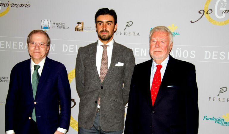 De izquierda a derecha, Alberto Máximo Pérez Calero, el diestro Miguel Ángel Perera y José Luis García Palacios