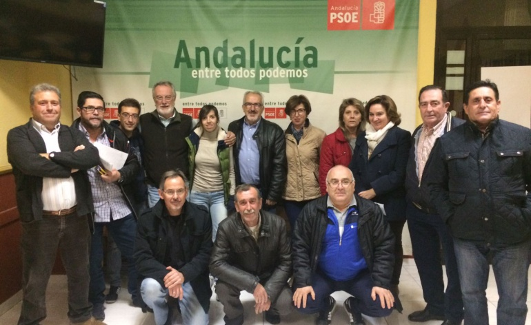 En la imagen varios militantes junto al reelegido Secretario General, Gabriel Fajardo, posando en el centro de la imagen